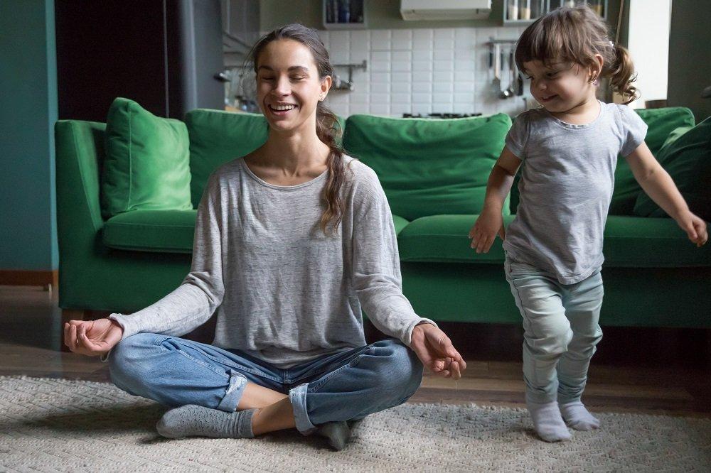 achtsamkeitsuebungen einer mutter mit ihrem kind