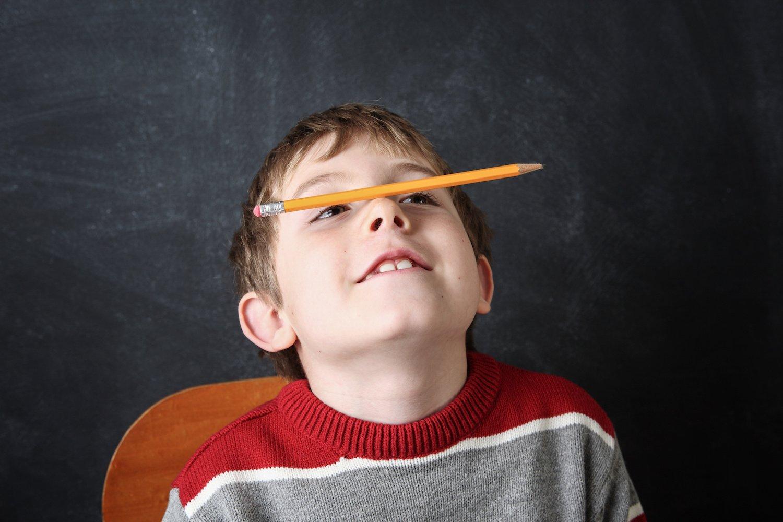 Junge übt Konzentration mit Stift
