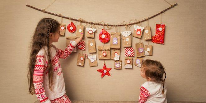 Kinder stehen vor einem individuellen Adventskalender