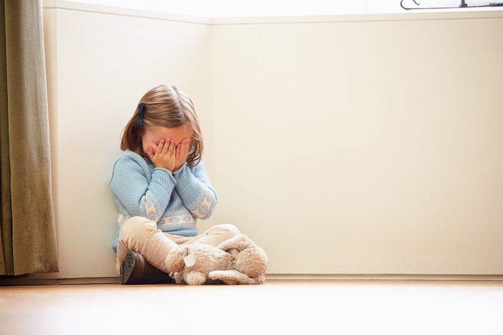 Kind hält sich voller Angst die augen zu