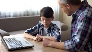 Vater führt mit seinem Sohn ein ernstes Gespräch über den Medienkonsum