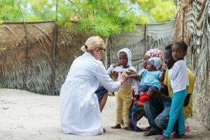 Ärztin hilft armen Kindern
