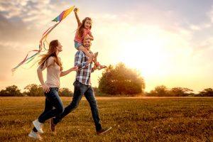 Familie lässt einen Drachen steigen