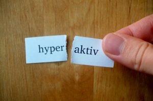 durchgerissener Zettel mit dem Wort hyperaktiv