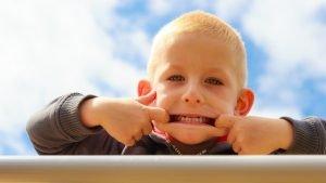 Ein Kind schneidet eine Grimasse