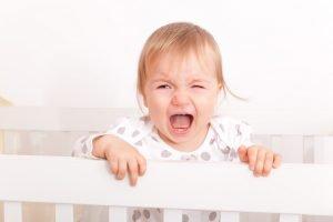 Kind weint im eigenen Bett