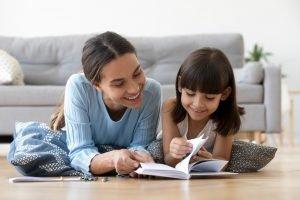 alleinerziehende Mutter liest mit ihrem Kind