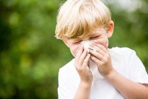 kleiner Junge mit allergischem Schnupfen