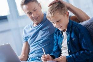 Vater streichelt seinem Sohn über den Kopf