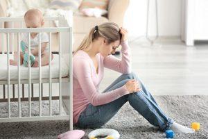 Junge überforderte Mutter mit Baby
