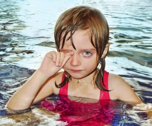 Kind weint im Wasser
