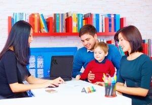 Familie meldet Kind im Kindergarten an