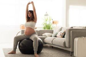 schwangere macht atem- und entspannungsuebungen