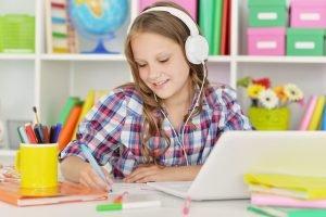 Mädchen hört Musik beim Arbeiten