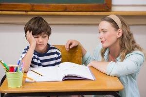 Mutter ermutigt Kind bei den Hausaufgaben