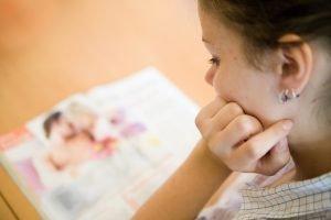 maedchen in der pubertaet liest zeitschrift