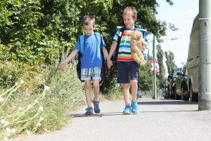 zwei Kinder auf dem Schulweg