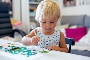 kind lernt koordination durch malen