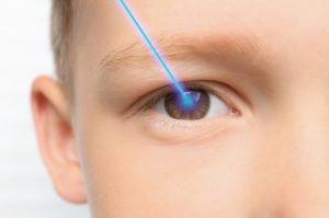 kind mit laser im auge