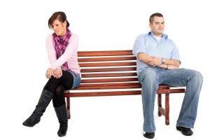 Mann und Frau auf einer Bank