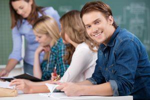 Leute sitzen in der Fachschule für die Ausbildung zum Erzieher