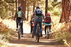 Familie macht gemeinsam einen Ausflug mit Fahrrädern