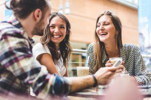 mutter trifft sich mit freunden zum kaffee