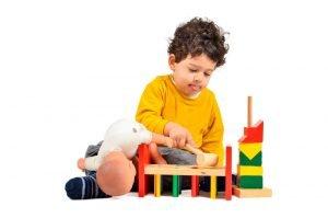 autistisches Kind spielt mit Bausteinen