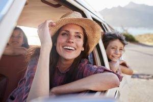 Mutter mit zwei Kindern im Auto