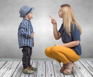 Mutter bestraft ihren Sohn, der ihr wiederum die Zunge rausstreckt