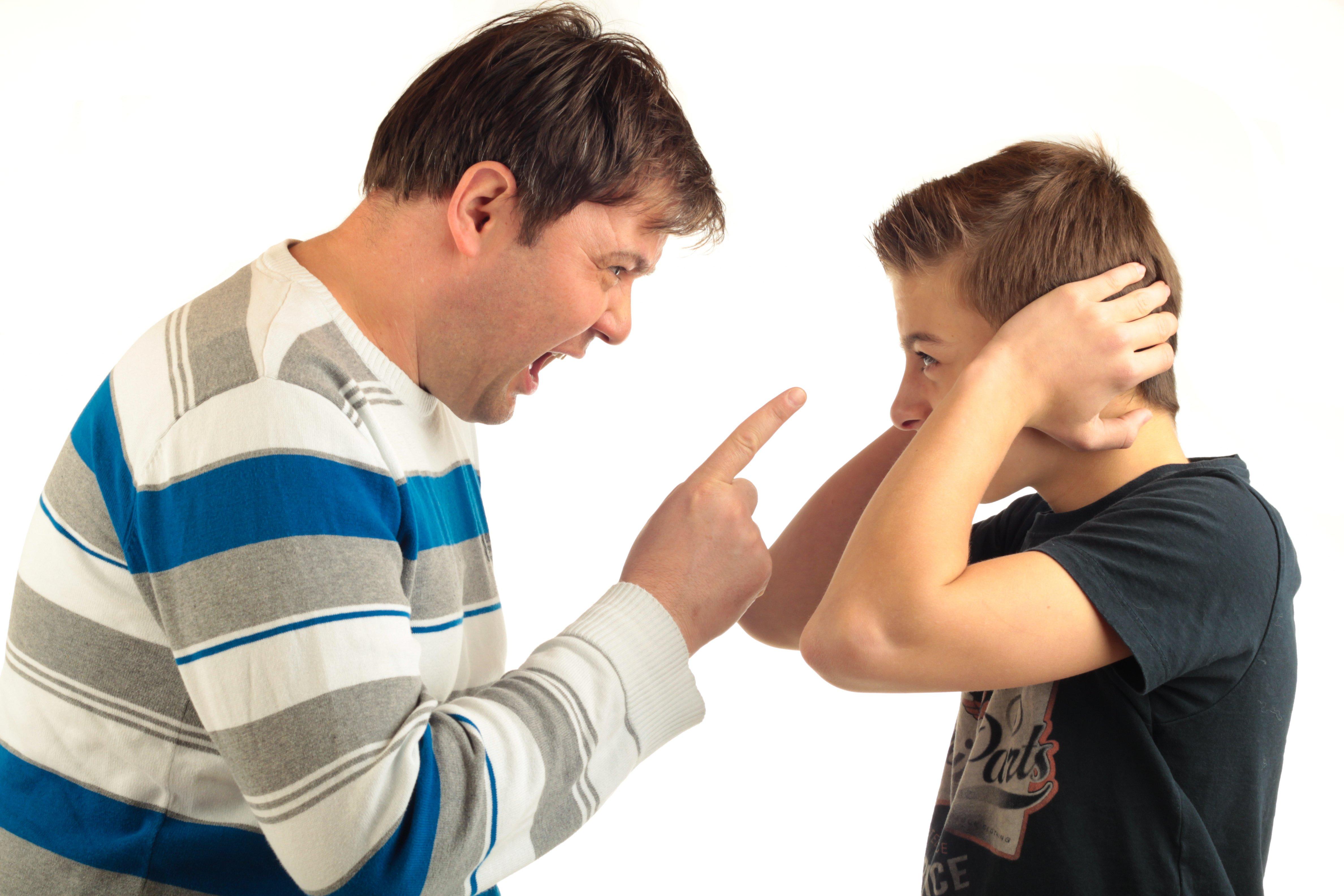 Vater schimpft mit kind