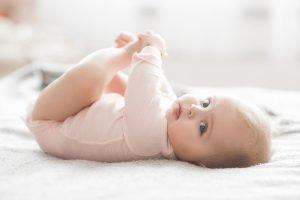 ein Baby streckt sich