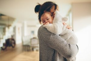 Baby auf dem Arm der Mutter