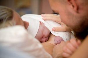 neugeborenes auf der brust der mutter