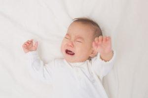 baby schreit in seinem bettchen