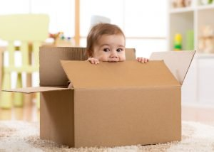 baby versteckt sich im karton