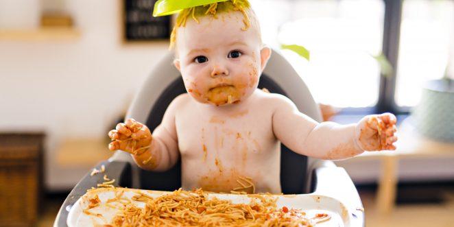 Kleines Kind isst Spaghetti