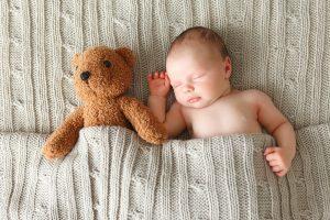 Baby schläft mit seinem Kuscheltier