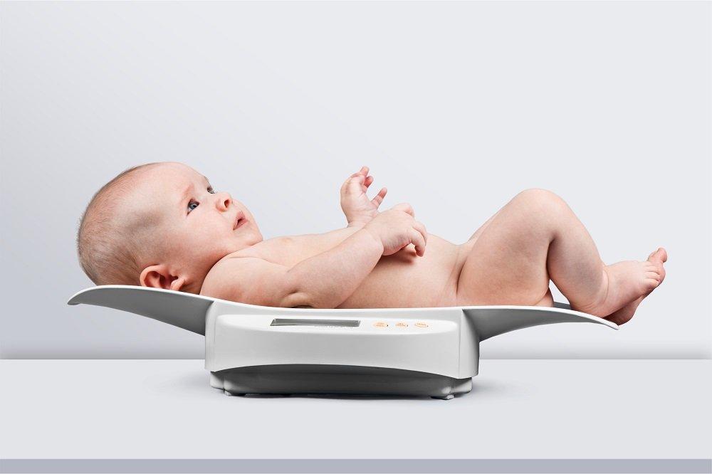 kind auf babywaage