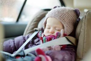 baby sitzt dick eingepackt im auto