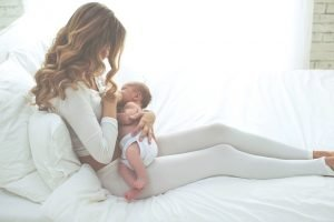 eine Mutter stillt ihr Kind