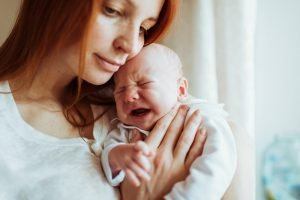 mutter mit schreiendem baby im arm