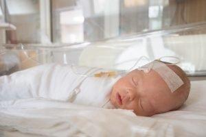 neugeborenes im brutkasten