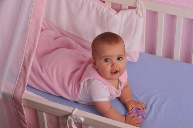 Babys können in Decken oder Schlafsäcken schlafen