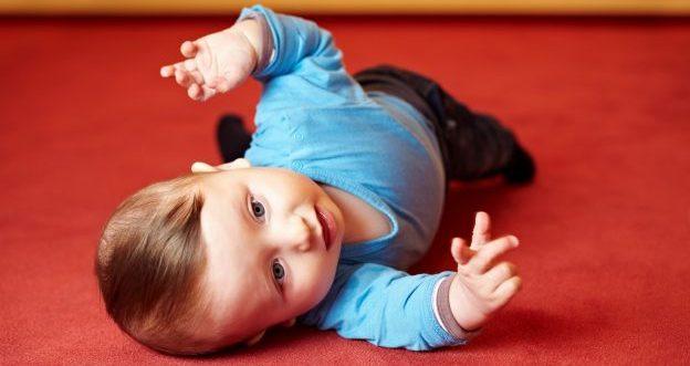 Ab wann sich ihr Baby auf den Bauch drehen kann