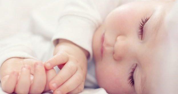 Wieso Babys meist tagsüber schlafen