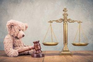 teddybaer mit einem gerichtshammer