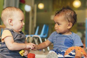 zwei babys spielen miteinander