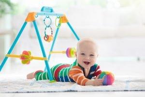 ein baby spielt auf einem teppich