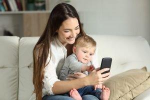 mutter mit ihrem baby am smartphone